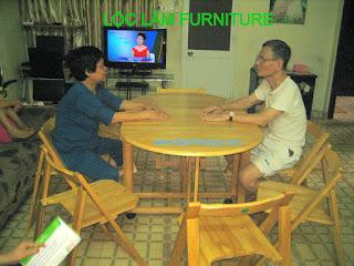 Sự vui thích của hai Quý khách hàng khi tận hưởng niềm vui tuổi già   với Bàn Ăn Thông Minh Xếp Gấp Lộc Lâm Furniture