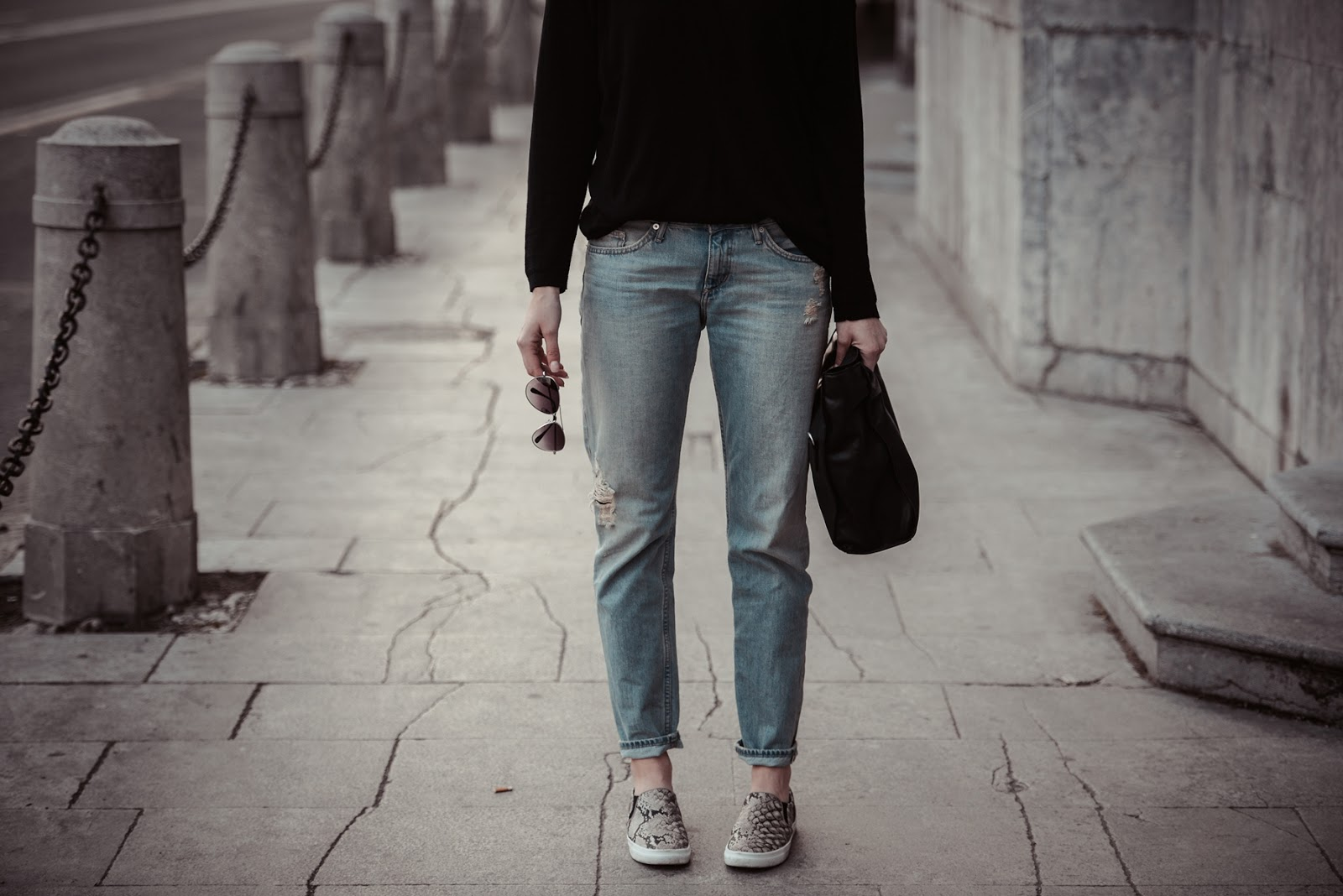 snake slip ons hm, hm boyfriend jeans light, black sweater outfit, simple minimalistic casual outfit, style blogger, fashion blog