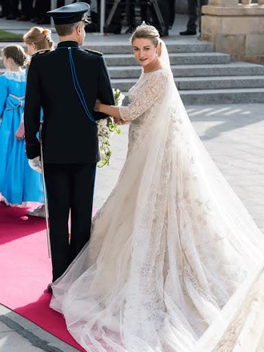 Кралска сватбена рокля с воал