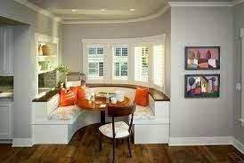 Les sièges encastrés donne une ambiance intime à la salle à manger