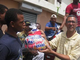 Gobernador Montás distribuye raciones alimenticias a personas afectadas por Irene