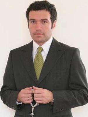 Salvador del Solar con terno y corbata