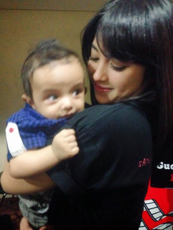 Foto Nabilah JKT48 Menggendong Bayi
