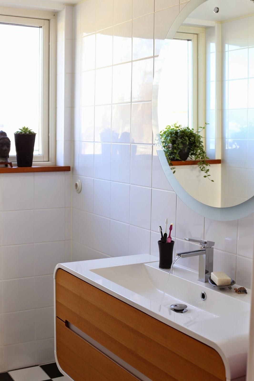 Mitt 60 talshus: vårljus i badrummet