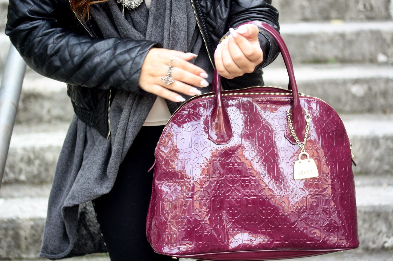 Mood casual con biker boots, colori scuri e borsa bordeaux!