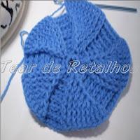 Passo a passo da execução de uma almofada de croche com motivo helicoidal.
