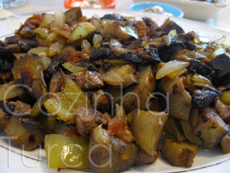 Vitela Salteada com Beringela (Patlıcanlı Sac Kavurma)