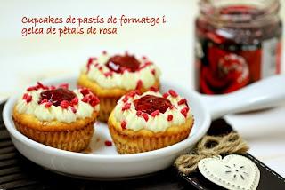 Cupcakes de pastís de formatge i gelea de pètals de rosa. La Cuina de l'Eri