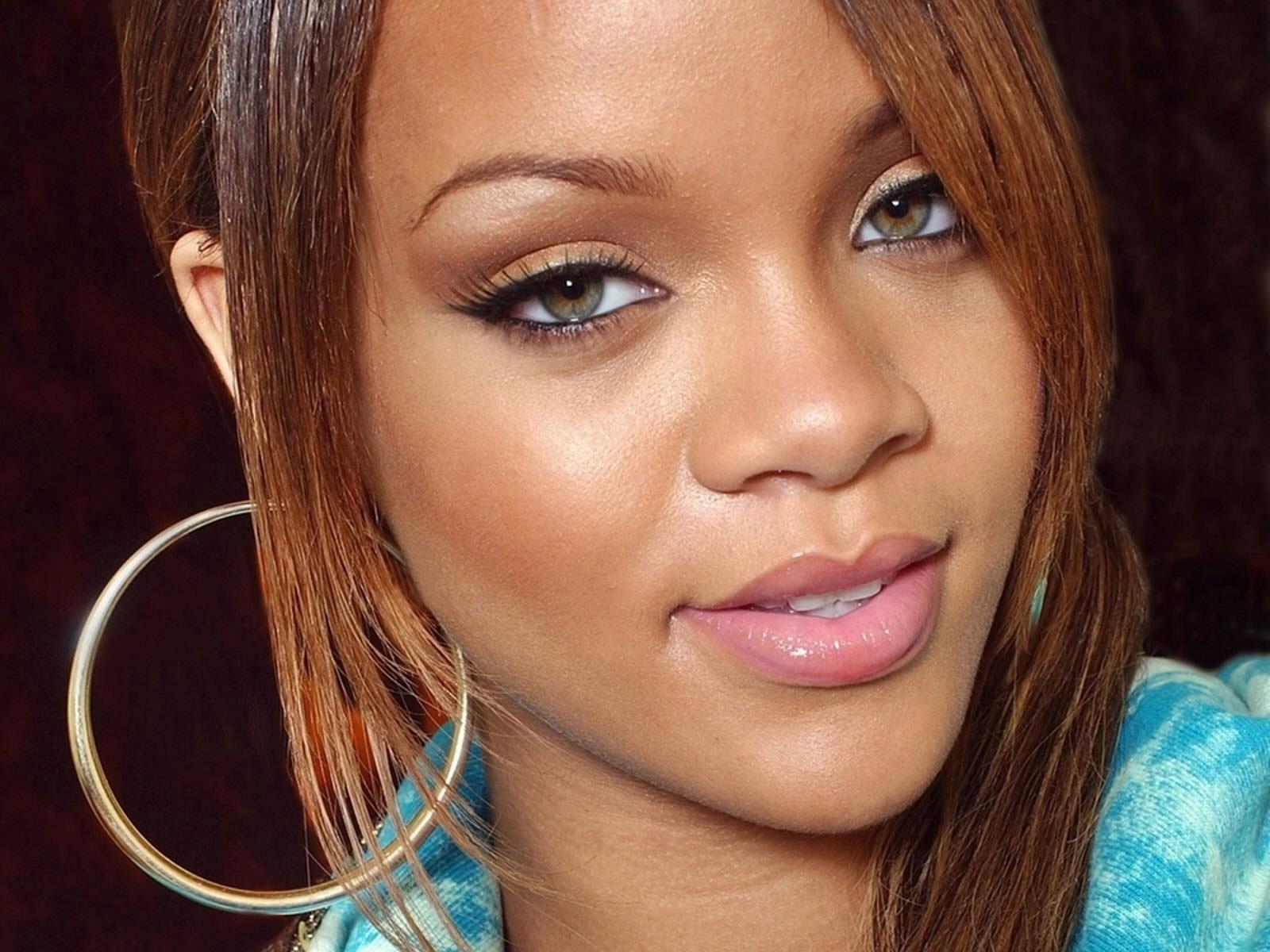 http://2.bp.blogspot.com/-ER88Ze6z9SM/Tyac4dW-J5I/AAAAAAAAC3g/6lVlpEKnS_w/s1600/Rihanna-Wallpapers-For-Desktop-3.jpg