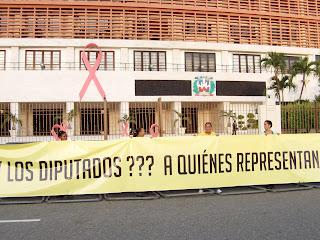Decenas pernoctan frente al Congreso para evitar Presupuesto 2012 sea aprobado sin modificación