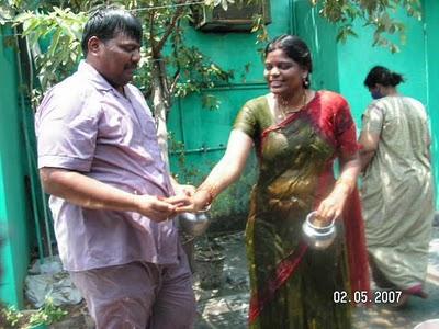 Wet Desi Masala Aunty Shows Her Fat Wide Navel Through Wet Saree ...