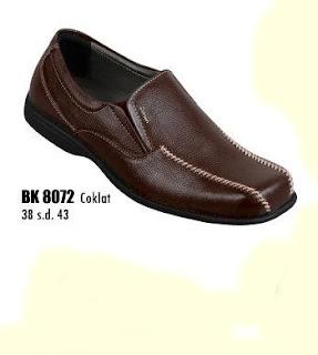 Toko sepatu online terpercaya yang Jual sepatu kerja pria berbahan kulit dengan harga murah seri BK8072 warna coklat ukuran 38 sd 43