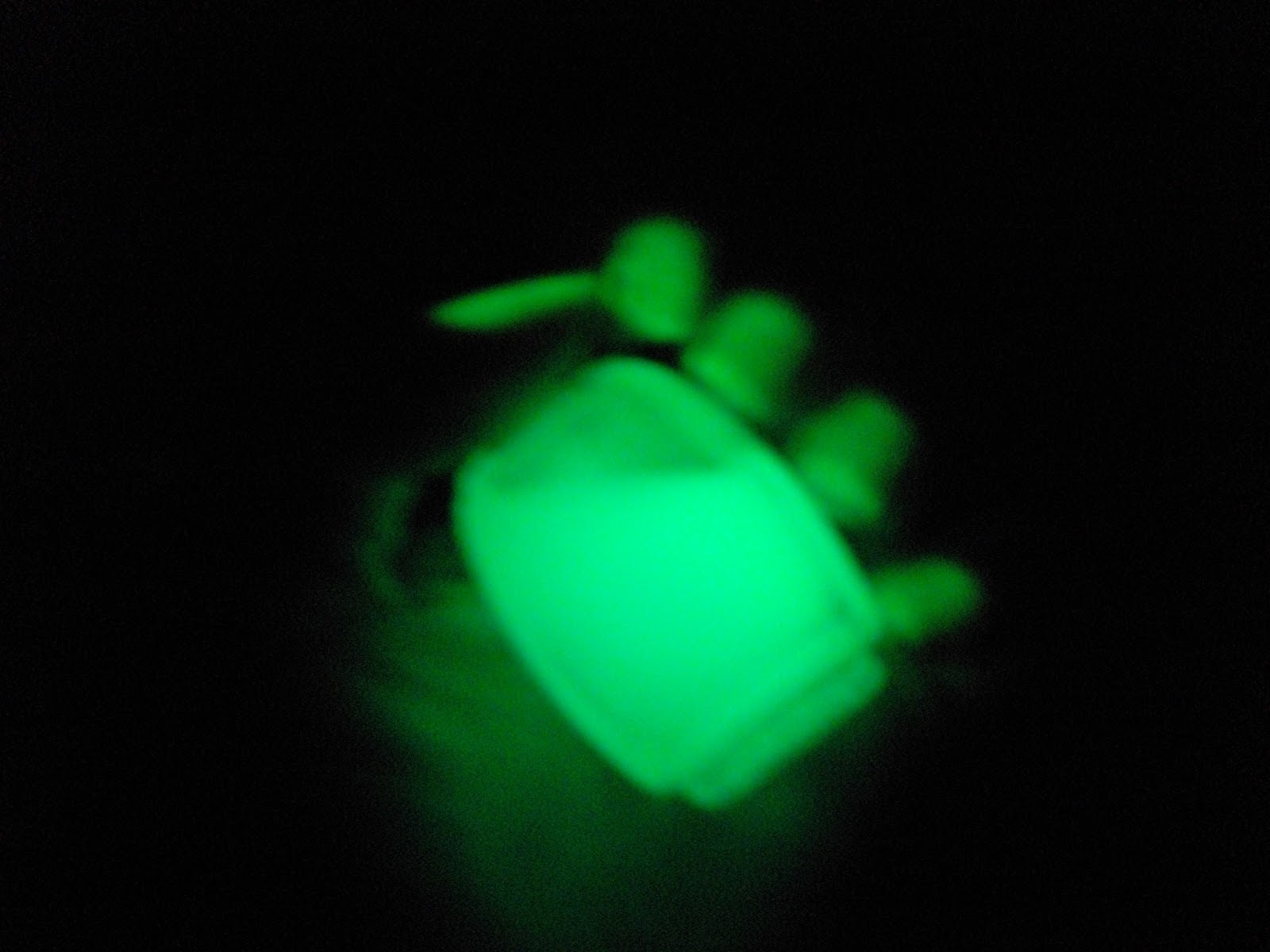 Nailart Hand made: Uñas que brillan en la oscuridad!
