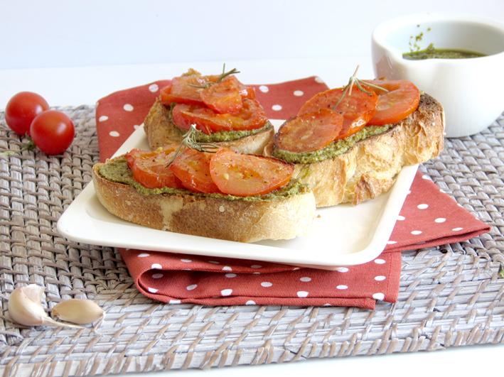 bruschettas de pesto e tomate assado