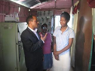 Gobernador  Julio César Díaz acude en auxilio de una no vidente a la cual le repará su vivienda en el sector de Canastica en San Cristóbal