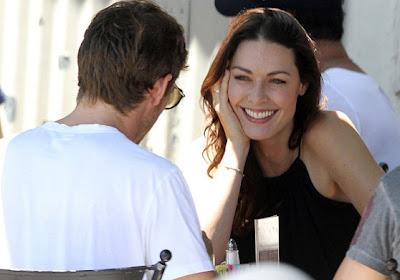 ex novia louise griffiths mira con amor a Jenson Button