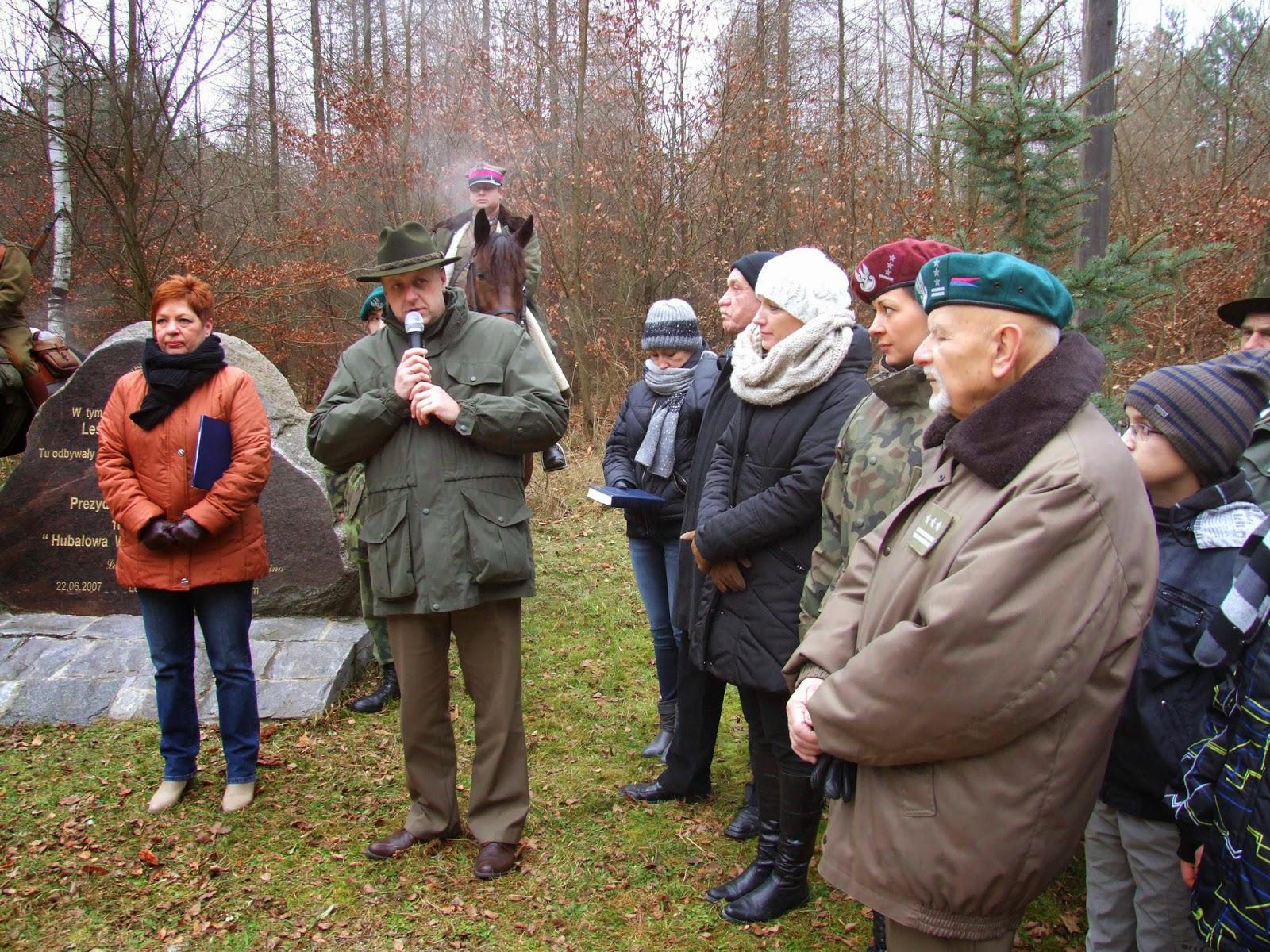 Od lewej: Beata Jasek, dyrektor ZSZ im. Hubala w Radomiu, Edward Janusz, dyrektor RDLP w Łodzi. Pierwszy od prawej płk Marian Zach, prezes Środowiska Hubalczycy.