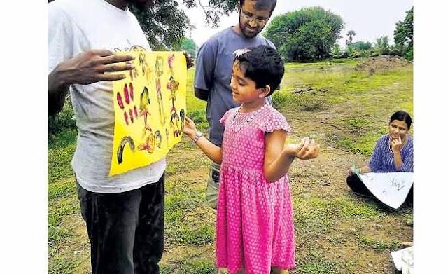 பள்ளி குழந்தைகளுக்கு கதை சொல்லும் பட்டதாரி இளைஞர்கள்: கிராமம், கிராமமாக தேடி செல்லும் ஆர்வத்திற்கு வரவேற்பு