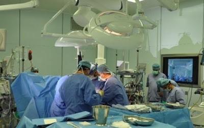 أول جراحة في العالم لنقل رحم من أم إلى ابنتها - طب وجراحة عملية عمليات جراحية الدكتور الدكاترة