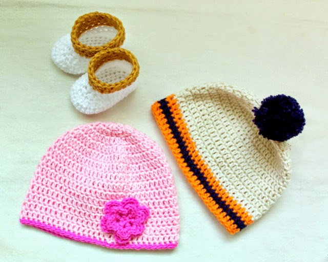 crochet baby shoes and hats