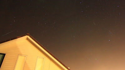 Geminiden meteoren: elke meteoor is afzonderlijk gefotografeerd.