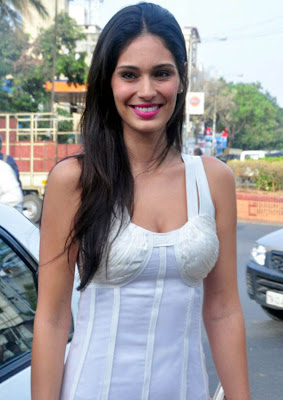 bruna abdullah at naturals lounge room cute stills
