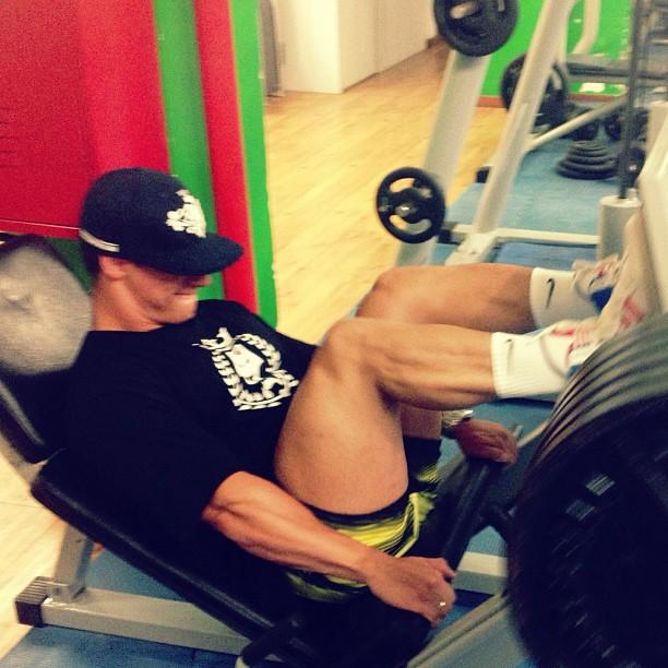 Léo Stronda exercita as pernas no leg press 45 graus. Foto: Reprodução/Instagram