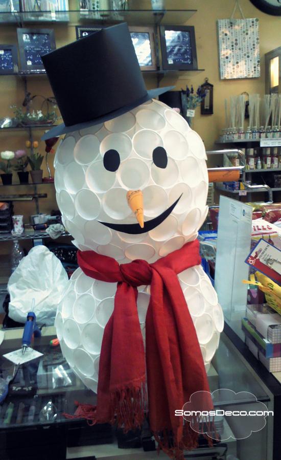 cómo hacer un muñeco de nieve con vasos