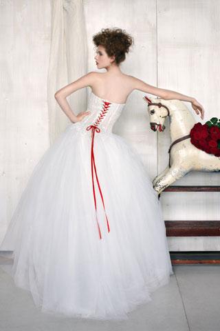 Abiti da sposa con inserti rossi