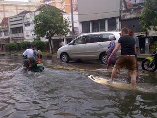 Bule Berselancar di saat Jakarta banjir