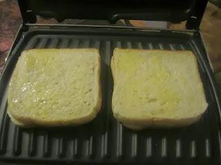خبز الطوست بالبيض لذيذ سيبحه الكبار قبل الصغار بالصور الموضحة