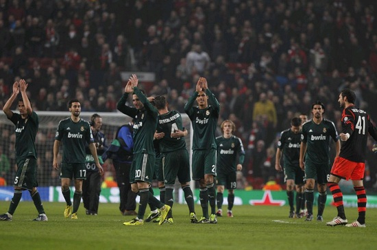 Real Madrid team with green jersey celebrate the victory at Old Trafford