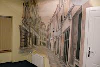 Mural, artystyczne malowanie ściany w Toruniu, ulica szewska