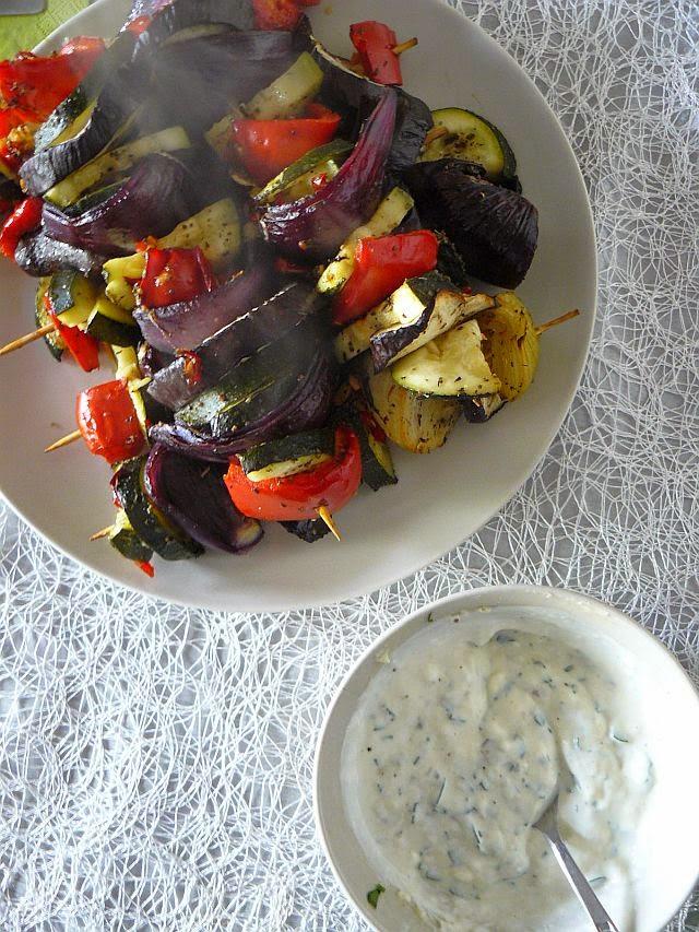 Szaszłyki warzywne  z sosem z sera pleśniowego