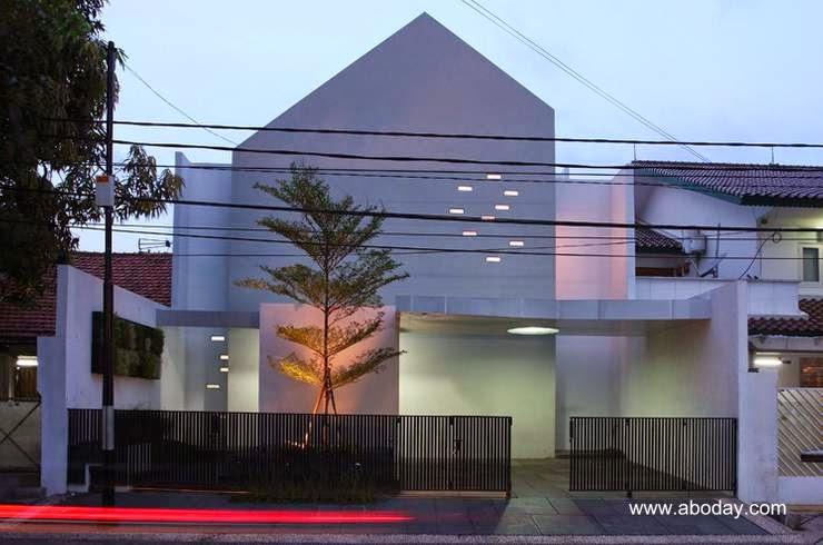 Casa minimalista entre medianeras en Yakarta, Indonesia
