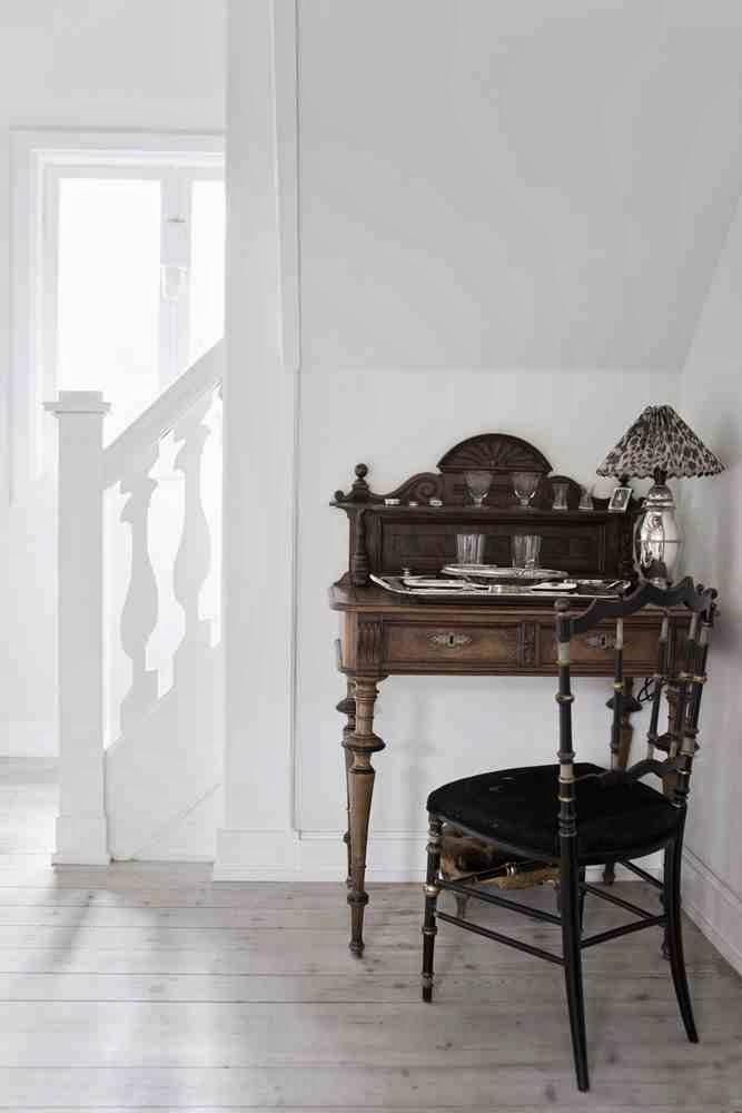 Drewniana klasyczna konsola, oryginalna krzesło w białym wnętrzu