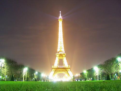 Menara Eiffel di malam hari oleh Geof Wilso