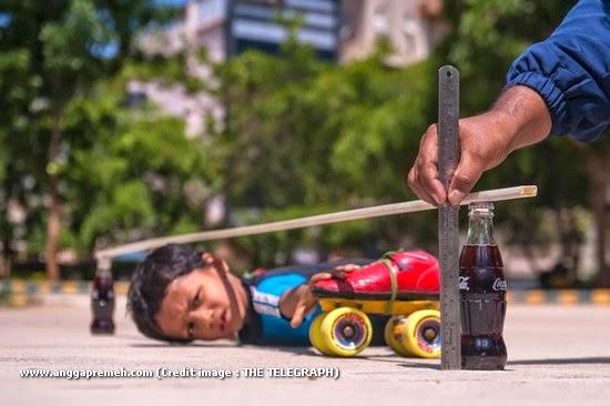 Dalam 29 Detik Anak Berusia 6 Tahun Ini Melewati 39 Kolong Mobil (gambar 7)