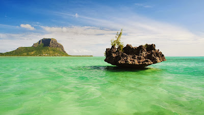 Le Morne Brabant Mountain and islet, Mauritius (© Ocean/Corbis) 428