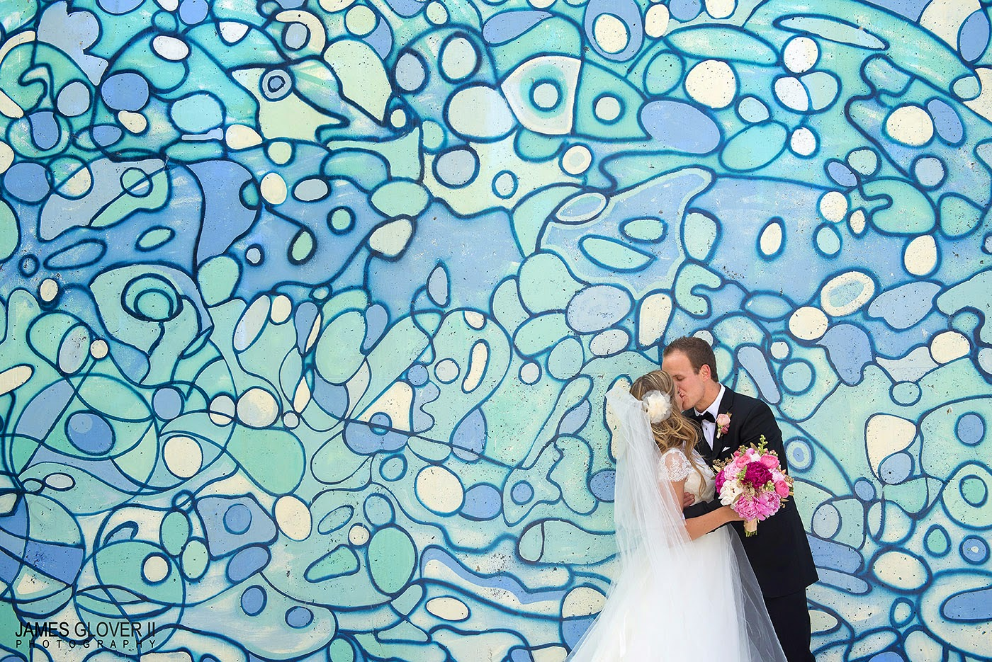 Reno mural wedding photo // James Glover Photography // Take the Cake Event Planning