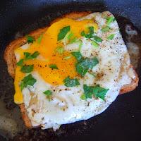 Оригинальный бутерброд с яичницей
