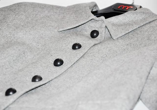 серое пальто с аппликацией