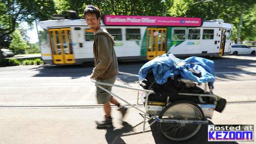 4 Tahun Keliling Dunia Berjalan Kaki Sejauh 40,000 KM | Jarang ada orang melaukan perkara yang dianggap mustahil, andainya ada pastinya orang tersebut adalah orang yang sangat luarbiasa. Terbaru, seorang lelaki Jepun, Masahito Yoshida berjaya mengelilingi dunia dengan hanya berjalan kaki dalam masa empat tahun.