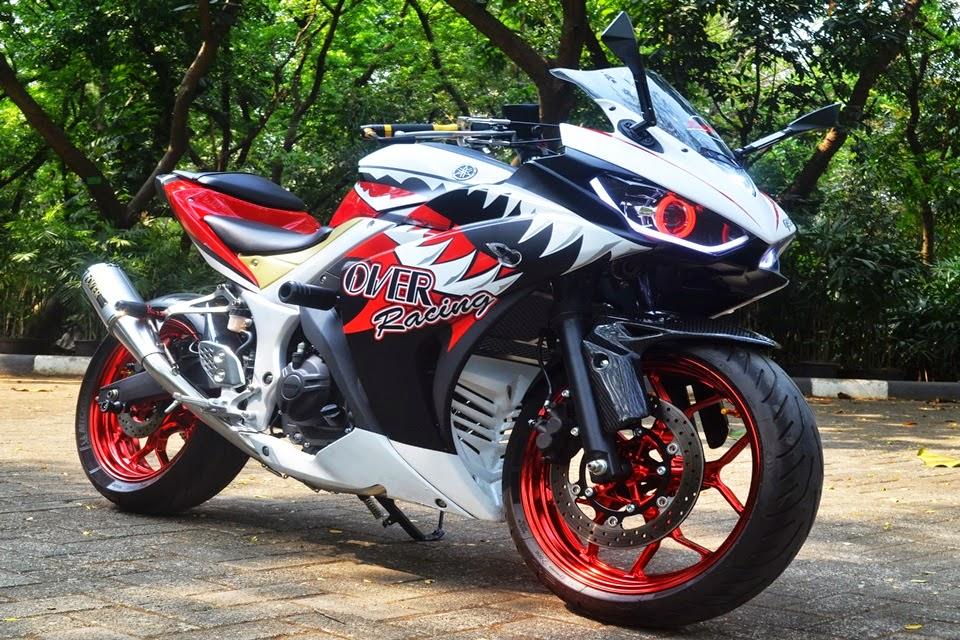 """otoasia.net - Modifikasi motor sport terbaru Yamaha kali ini cukup simpel tapi memiliki hasil cukup wah.  perubahan yang dilakukan hanya berupa penggantian beberapa part dan striping agar terlihat menawan dengan konsep """"Anger Shark."""" Kalau dilihat dari samping, Yamaha YZF-R25 modifikasi ini layakya Hiu buas, yang siap melibas aspal kota."""