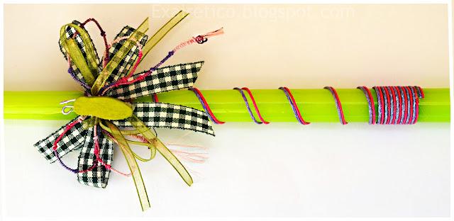 Χειροποίητη λαμπάδα με αυτοσχέδια πολύχρωμη πεταλούδα με ξύλινο σώμα και φτερά από διπλούς πολύχρωμους φιόγκους.