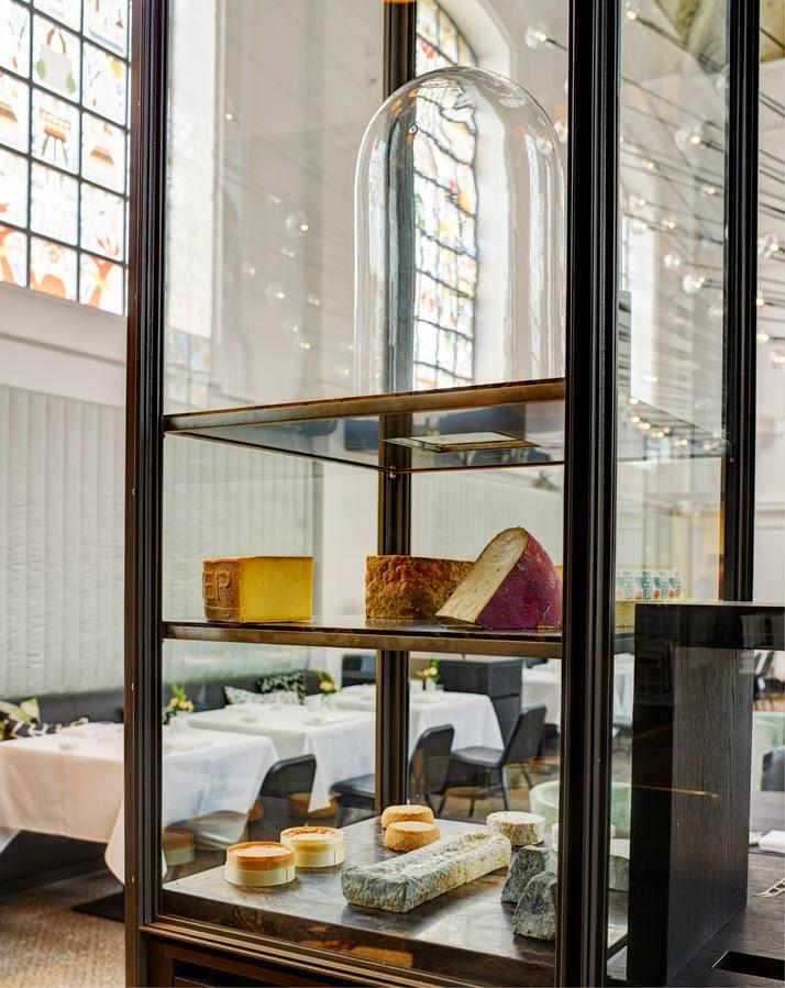 Quesos en una iglesia transformada en restaurante en Amberes