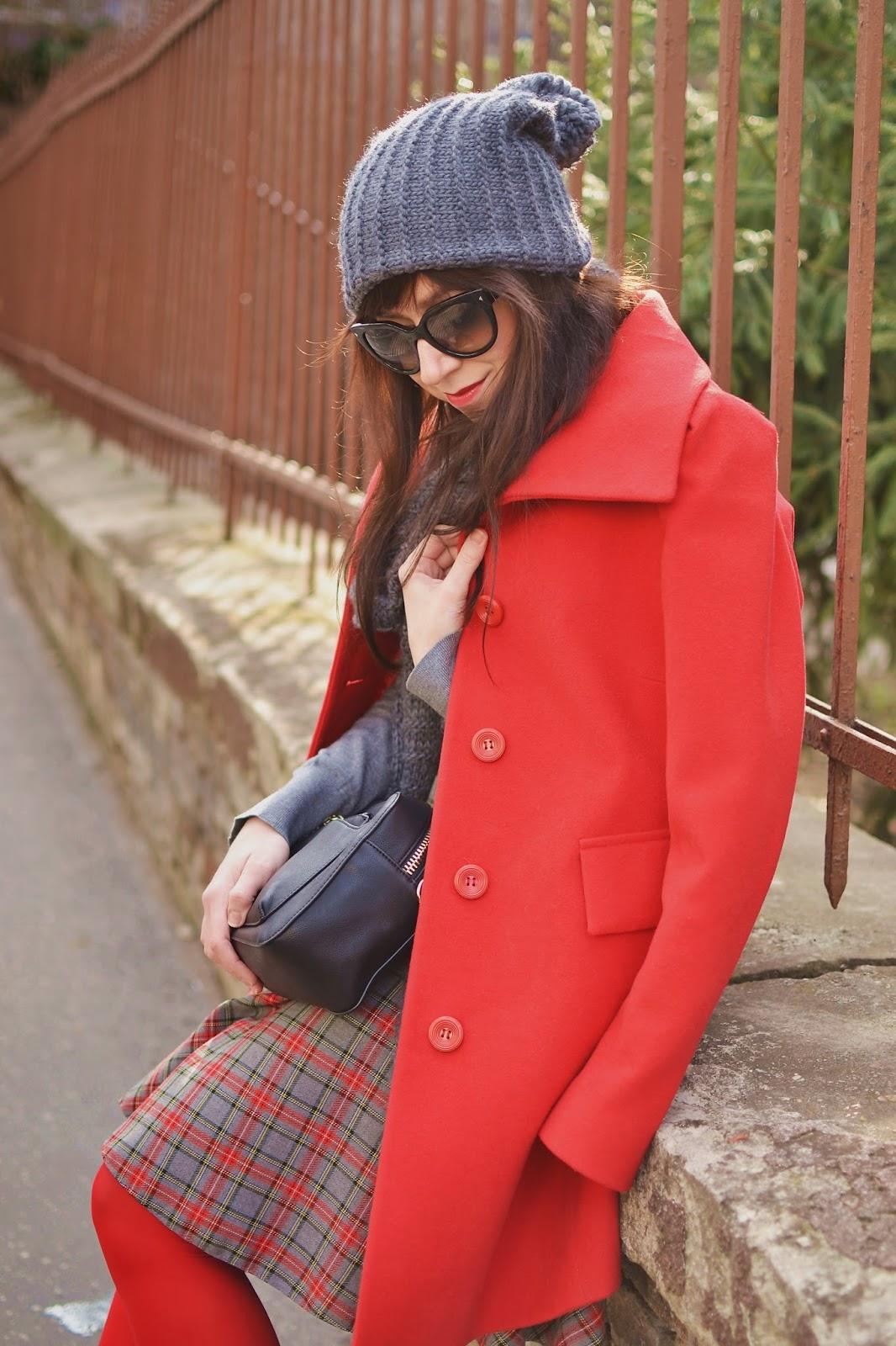 ČERVENÁ_Katharine-fashion is beautiful_Karovaná sukňa_Červené pančuchy_Sivá čiapka_Červený kabát_Katarína Jakubčová_Fashion blogger