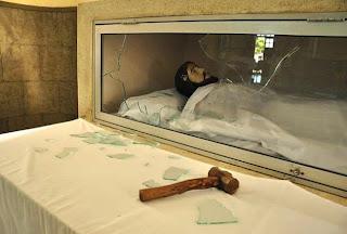 Homem invade Catedral de Santa Luzia e quebra a marretadas a vidraça do Cristo Morto