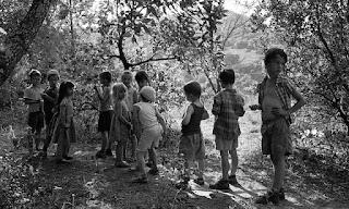 Groupe d'enfants perdus dans la forêt du Coquillon proche de Saint Montan en Ardèche, France.