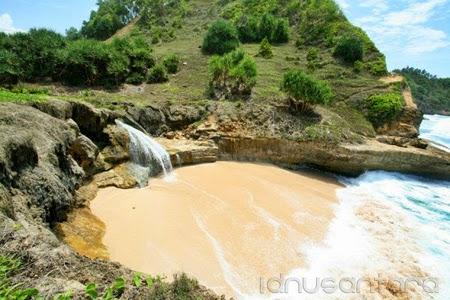 Wisata Pantai Banyu Tibo